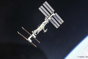 SpaceX将为国际空间站运送两块太阳能电池板